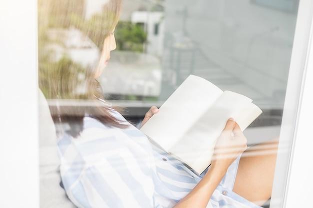 Een boek lezen.