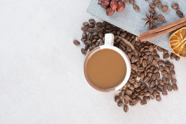 Een boek met aroma lekker kopje koffie op witte achtergrond. hoge kwaliteit foto