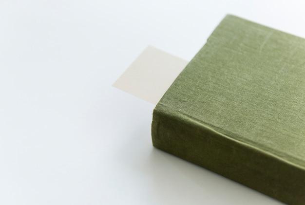Een boek met bladwijzer