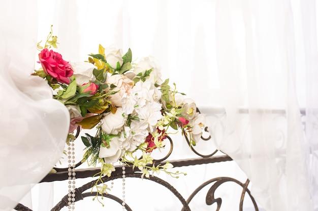 Een boeket bloemen en linten vastgebonden als huwelijksdecoratie