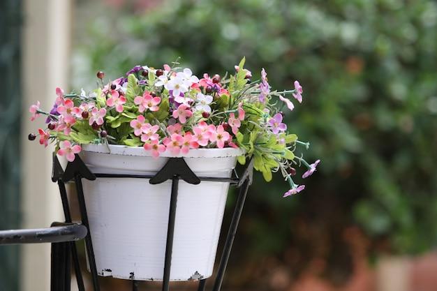 Een boeket bloemen in een witte pot