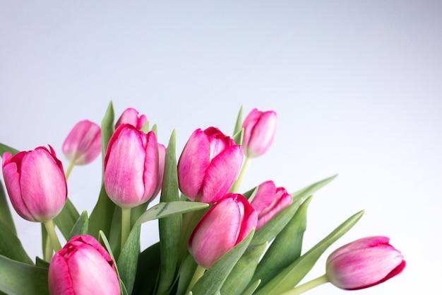 Een boeket bloemen van lentetulpen waar de toppen in verschillende richtingen uitsteken