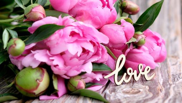 Een boeket roze pioenrozen