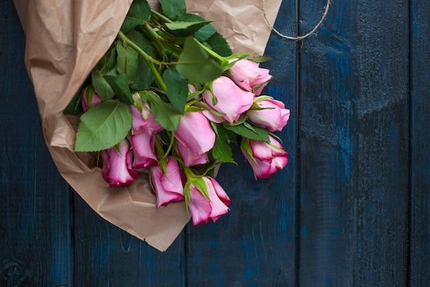 Een boeket rozen als een geschenk voor een dag van liefhebbers op een zwarte achtergrond