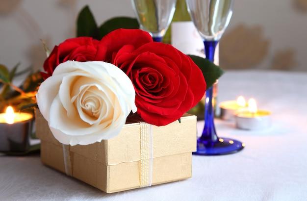 Een boeket rozen met champagneglazen.