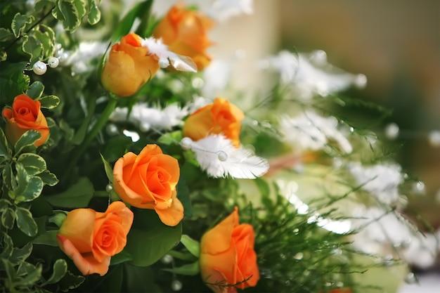 Een boeket rozen met kleine bloemen