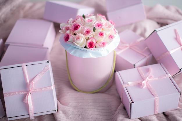 Een boeket rozen zonder mensen of alleen met de handen van een model een geschenk voor een verjaardag of valentijnsdag