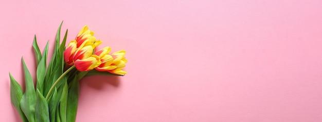 Een boeket tulpen als cadeau voor maart moederdag valentijnsdag pasen decor