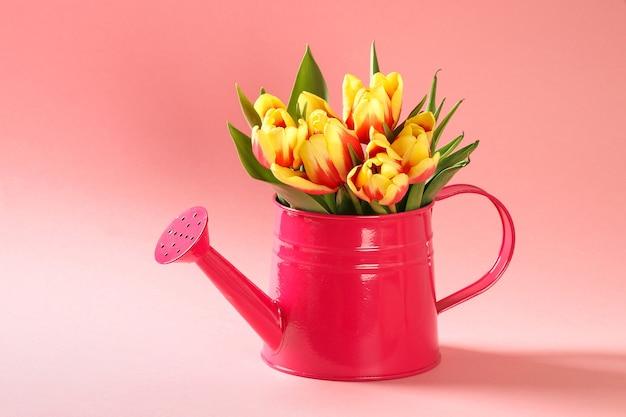 Een boeket tulpen als cadeau