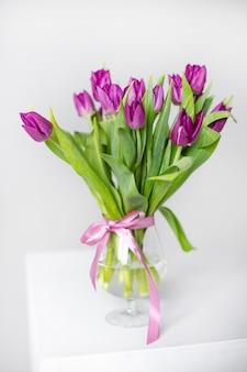 Een boeket van lila tulpen in een vaas