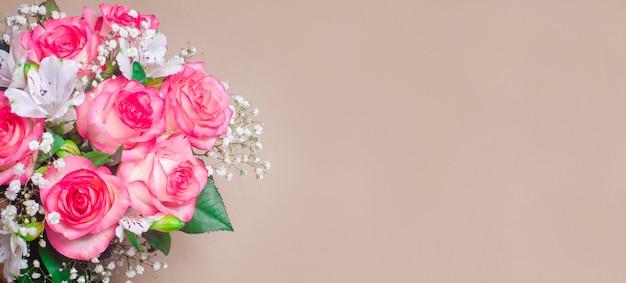 Een boeket van mooie huwelijksbloemen op een bruine achtergrond. banner, plaats voor tekst
