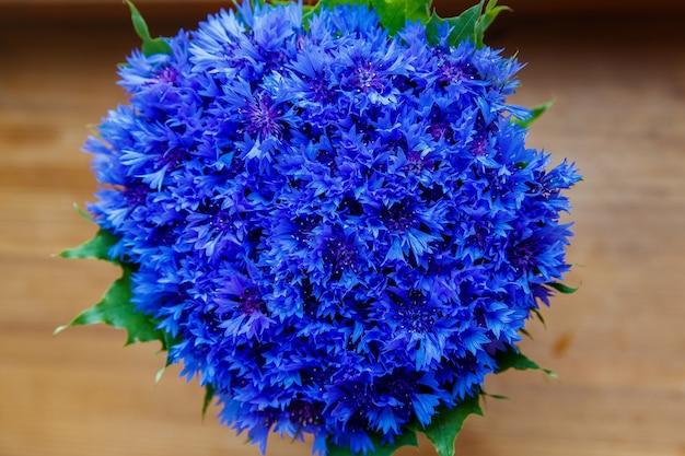 Een boeket van prachtige lentebloemen blauwe korenbloem cyanus op het raam. blauw bloemenpatroon. macrofoto.