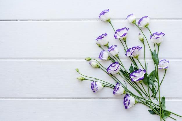 Een boeket van prachtige vers gesneden paarse eustoma op een ton achtergrond