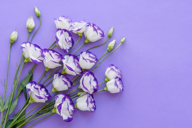Een boeket van prachtige vers gesneden paarse eustoma