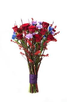 Een boeket van rode rozen en diverse bloemen bijbehorende tape op witte achtergrond. valentijnsdag