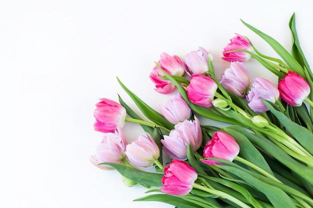 Een boeket van roze en paarse tulpen en vrije ruimte voor tekst