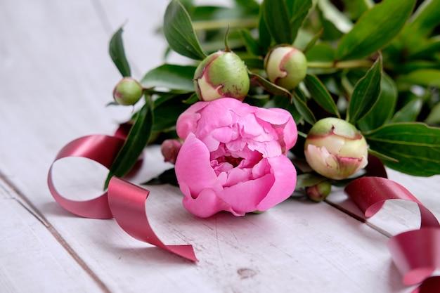 Een boeket van roze pioenrozen