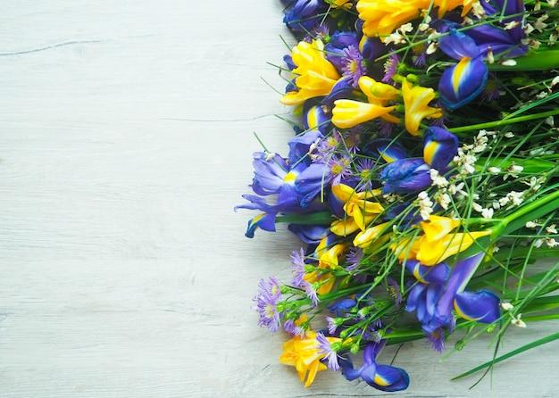 Een boeket van wilde blauwe en gele bloemen