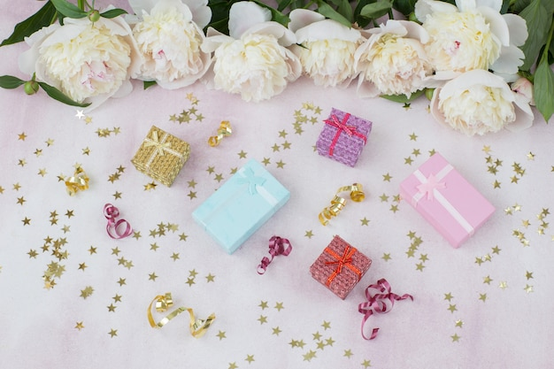 Een boeket witte pioenrozen, cadeautjes en een feestelijk decor