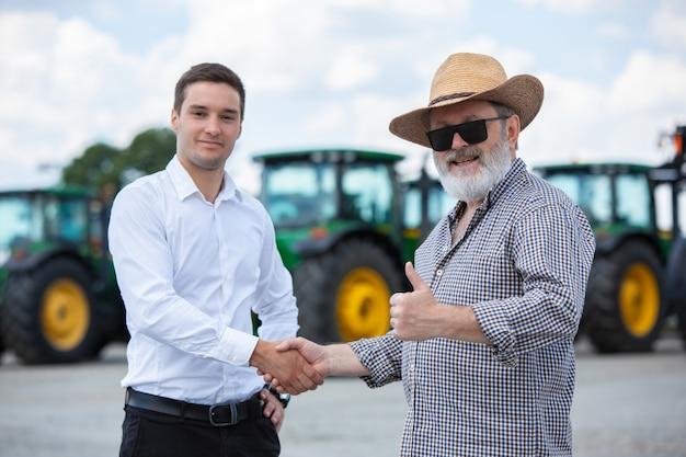 Een boer en zakenman doen een deal