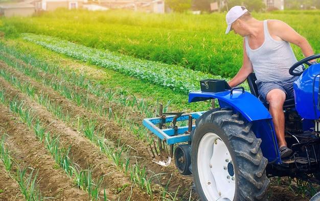 Een boer op een tractor ploegt een veld.