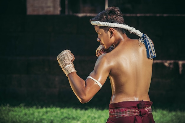 Een bokser bond een touw in zijn hand en voerde een gevecht uit, de vechtsporten van muay thai.