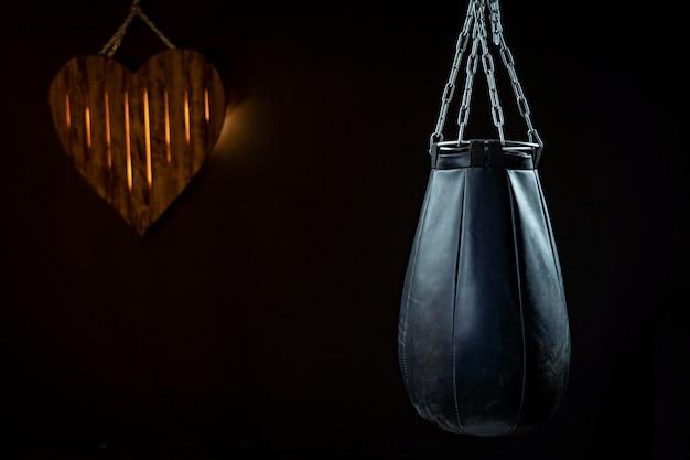 Een bokszak op een zwarte achtergrond