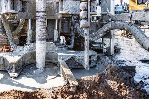 Een boorinstallatie is bezig met een site. diep gat boren. geologisch exploratiewerk. minerale exploratie. krachtige boor boort een put.