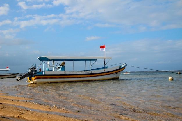 Een boot aan de kust op de stranden van sanur. indonesië