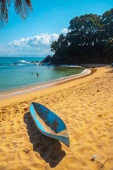 Een boot op het paradijselijke strand cocalito in punta de sal, tela. honduras