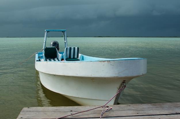 Een boot op het water