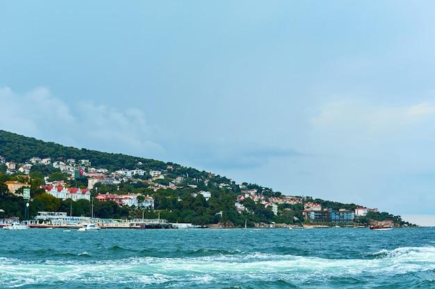 Een boottocht op de bosporus, zicht op de golven vanaf de boot.