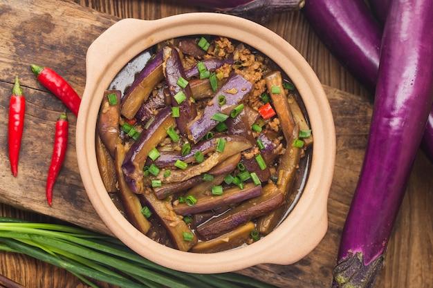 Een bord gestoofde aubergine
