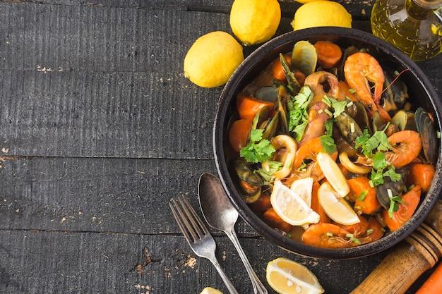 Een bord met curry-zeevruchten