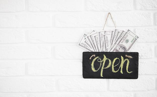 Een bord met de tekst open op café of restaurant hangt aan de deur bij de ingang. grote winst na quarantaine. bedrijfsopening