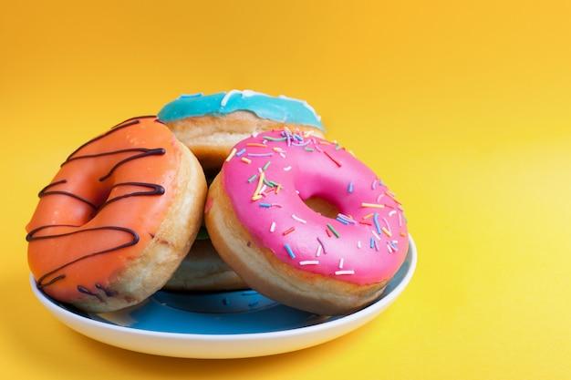 Een bord met donuts in het glazuur.