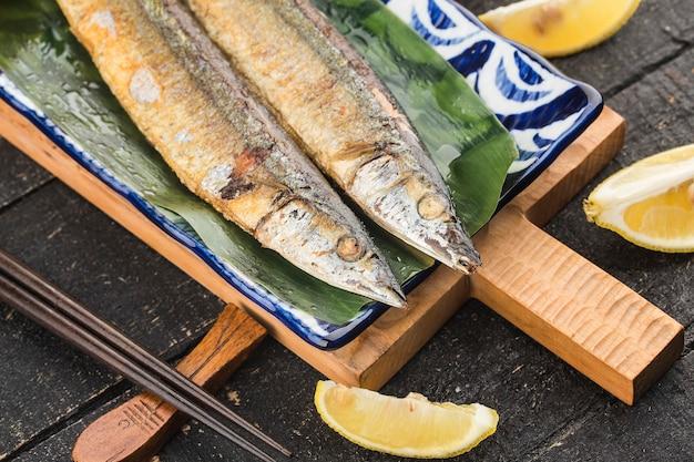 Een bord met geroosterde makreel