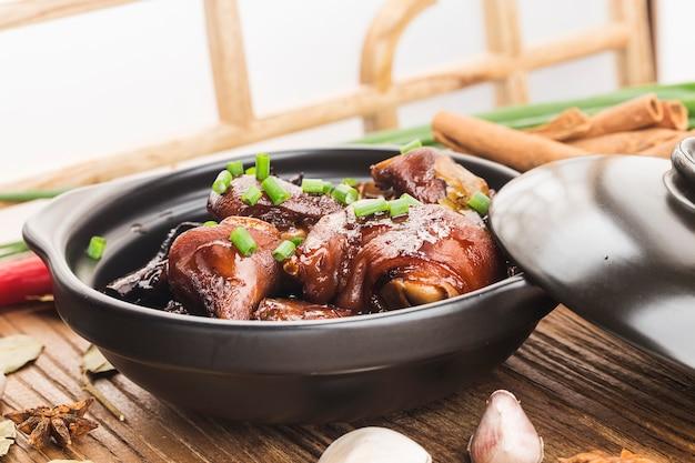 Een bord met gestoofde varkenspoten