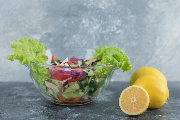 Een bord met groentesalade en citroenen. hoge kwaliteit foto