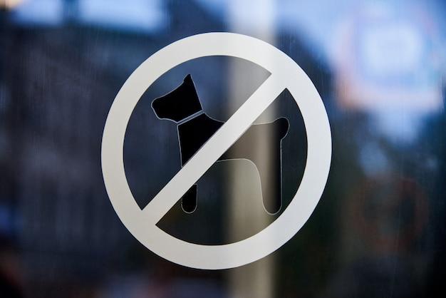 Een bord met honden is verboden op het glas