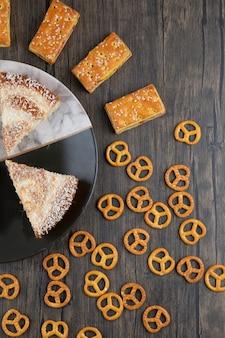Een bord met stukjes heerlijke cake op een houten achtergrond.