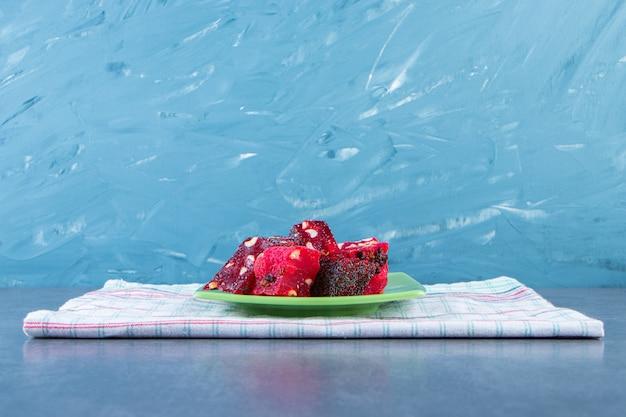 Een bord met turkse lekkernijen op een theedoek op het marmeren oppervlak