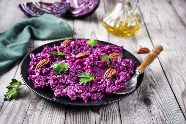 Een bord met vegan paarse koolsalade