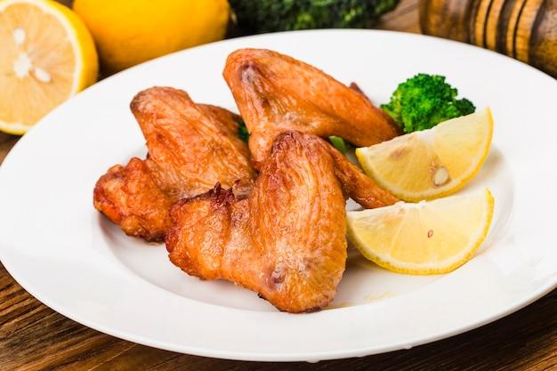 Een bord met vers gebakken kippenvleugels