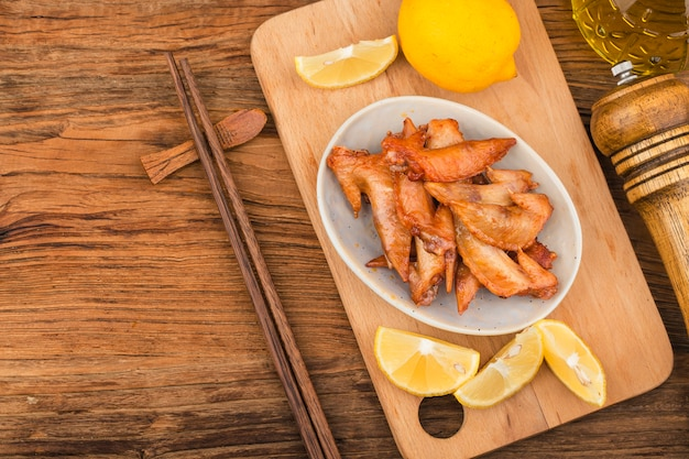 Een bord met vers gebakken kippenvleugelsï ¼ kipvleugeltip
