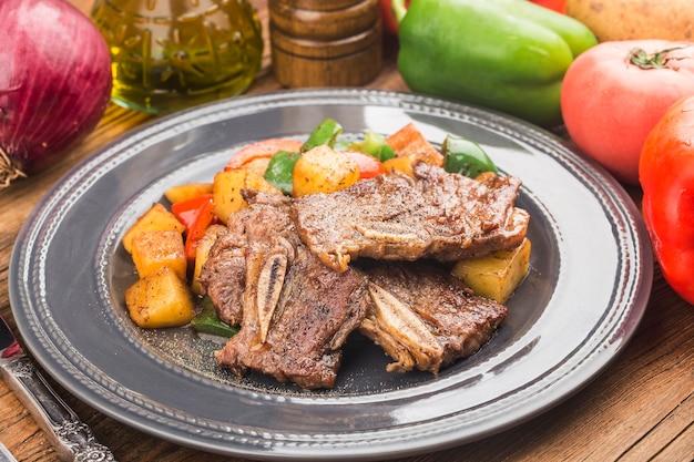 Een bord met vers gebakken rundvleesribben