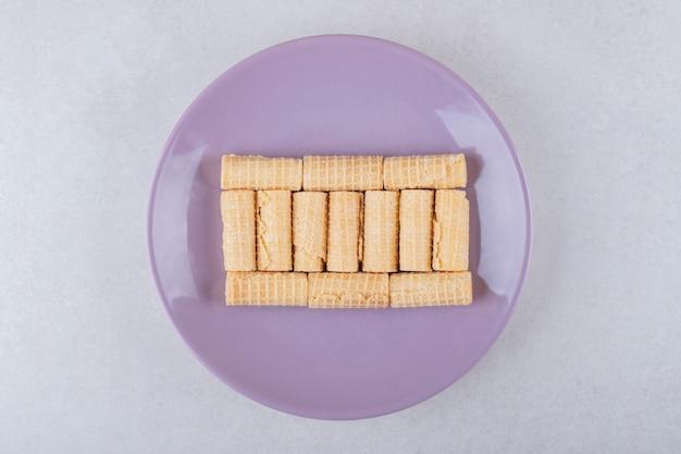 Een bord met wafelbroodjes, het marmer.