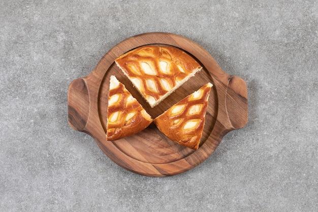 Een bord met zoete verse rieten taart op een stenen ondergrond.