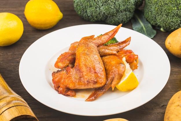 Een bord vers gebakken kippenvleugels