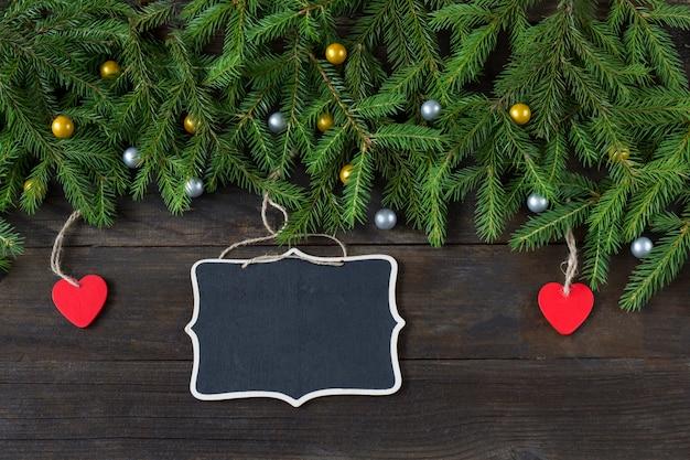 Een bord voor notities en twee rode houten harten